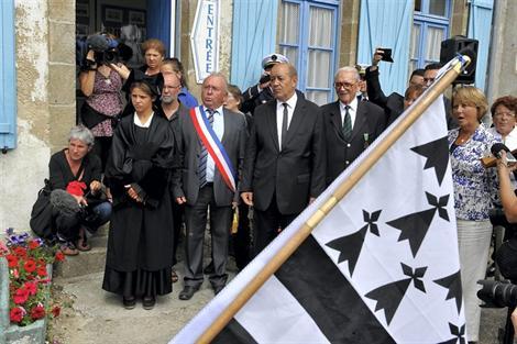 Le Bro gozh ma zadoù (hymne breton) a été chanté dans le cour de l'Abri du marin avec le Mouez Port Rhu de Douarnenez. Photo Thierry Creux.