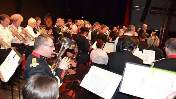 C'est, debout, que les deux formations ont offert une interprétation commune, avec l'hymne breton comme bouquet final.